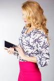 Jovem mulher que guarda o PC da tabuleta Fotos de Stock