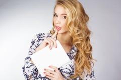Jovem mulher que guarda o PC da tabuleta Imagem de Stock