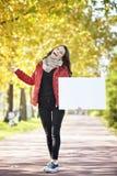 Jovem mulher que guarda o quadro de avisos do empyt imagem de stock royalty free