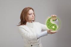 Jovem mulher que guarda o símbolo ying de yang Imagens de Stock Royalty Free
