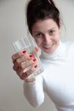Jovem mulher que guarda o vidro Fotos de Stock
