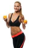 Jovem mulher que guarda o vidro do suco de laranja e Imagem de Stock