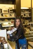 Jovem mulher que guarda seus sacos de compras Imagem de Stock