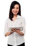 Jovem mulher que guarda a tabuleta de Digitas Fotos de Stock Royalty Free