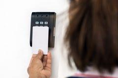 Jovem mulher que guarda um cartão chave para travar e destravar a porta imagem de stock