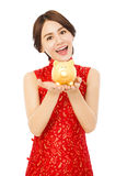 Jovem mulher que guarda um mealheiro dourado Ano novo chinês feliz Fotografia de Stock Royalty Free