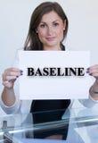 Jovem mulher que guarda uma folha de papel com a linha de base do texto Foto de Stock Royalty Free