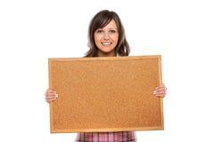 Jovem mulher que guarda uma placa vazia Imagem de Stock