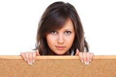 Jovem mulher que guarda uma placa vazia Imagem de Stock Royalty Free