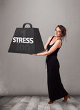 Jovem mulher que guardara de uma tonelada do peso do esforço Foto de Stock Royalty Free