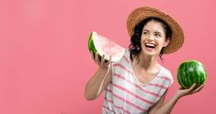 Jovem mulher que guardara a melancia imagem de stock royalty free