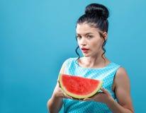 Jovem mulher que guardara a melancia foto de stock