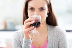 Mulher que come o vidro do vinho Fotografia de Stock Royalty Free