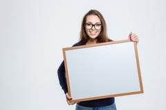 Jovem mulher que guardara a placa vazia Imagens de Stock