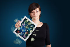 Jovem mulher que guardara a tabuleta com dinheiro Fotos de Stock Royalty Free