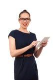 Jovem mulher que guardara a tabuleta digital Foto de Stock
