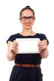 Jovem mulher que guardara a tabuleta digital Imagem de Stock