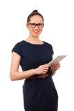 Jovem mulher que guardara a tabuleta digital Fotografia de Stock