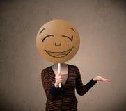 Jovem mulher que guardara uma placa da cara do smiley Foto de Stock Royalty Free
