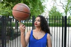 Jovem mulher que joga a bola da cesta na rua Imagem de Stock Royalty Free