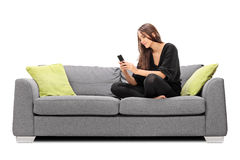 Jovem mulher que joga em seu telefone celular Imagem de Stock