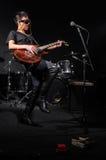 Jovem mulher que joga a guitarra durante Fotos de Stock