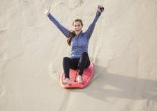 Jovem mulher que joga no estilo de vida exterior das dunas de areia imagens de stock royalty free