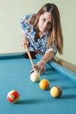 Jovem mulher que joga o ppol Fotografia de Stock