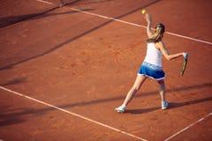 Jovem mulher que joga o t?nis na argila forehand foto de stock royalty free