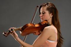 Jovem mulher que joga o violino foto de stock royalty free