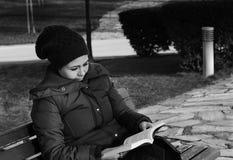 Jovem mulher que lê um livro, preto e branco Fotografia de Stock