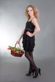 Jovem mulher que levanta com a cesta das flores imagem de stock