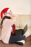 Jovem mulher que levanta com uns auriculares e um portátil de Bluetooth Fotografia de Stock