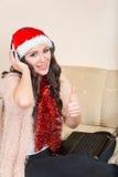 Jovem mulher que levanta com uns auriculares e um portátil de Bluetooth Imagens de Stock
