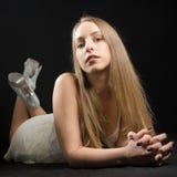 Jovem mulher que levanta em sua barriga Foto de Stock