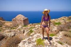 Jovem mulher que levanta nas ruínas na ilha de Gramvousa, Creta, Grécia Imagens de Stock