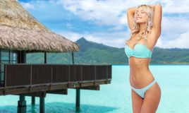 Jovem mulher que levanta no biquini na praia imagens de stock royalty free