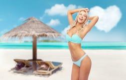Jovem mulher que levanta no biquini na praia fotografia de stock royalty free