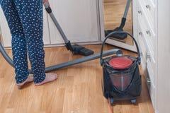 jovem mulher que limpa a casa com o aspirador de p30 Conceito das tarefas domésticas fotos de stock royalty free