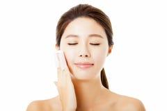 jovem mulher que limpa sua cara com o algodão Fotografia de Stock