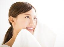 Jovem mulher que limpa sua cara com a toalha Fotos de Stock