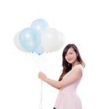 Jovem mulher que mantém balões isolados no fundo branco Fotografia de Stock