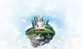 Jovem mulher que mantém a mente consciente Foto de Stock Royalty Free