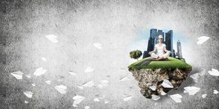 Jovem mulher que mantém a mente consciente Fotografia de Stock Royalty Free