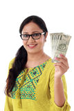 Jovem mulher que mantém o indiano 2000 notas da rupia contra o branco Imagens de Stock Royalty Free