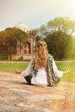 Jovem mulher que medita na jarda de Humayun& x27; túmulo de s Deli, Ind Imagem de Stock
