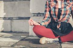 Jovem mulher que medita na rua Imagem de Stock Royalty Free