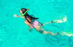 Jovem mulher que mergulha na água tropical sobre fotografia de stock royalty free