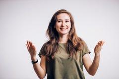 Jovem mulher que mostra as expressões, isoladas no fundo branco fotos de stock royalty free
