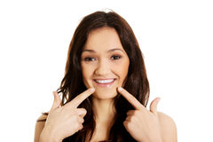 Jovem mulher que mostra lhe os dentes perfeitos Fotografia de Stock Royalty Free